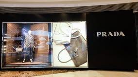 Skyltfönster för Prada modeboutique Hong Kong Fotografering för Bildbyråer