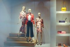 Skyltfönster med kläder för kvinna` s Arkivbilder