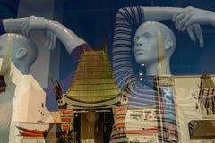 Skyltfönsterreflexion av den kinesiska teatern på den Hollywood boulevarden, Los Angeles arkivfoton
