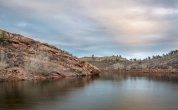 Skymning över bergsjön Arkivfoton