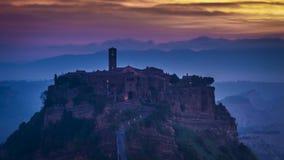 Skymning över Civita di Bagnoregio i Tuscany, Italien arkivfilmer