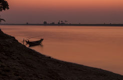 Skymning över den Ayeyarwaddy floden, Myanmar Royaltyfri Fotografi