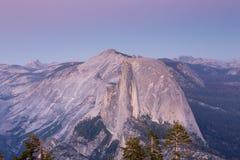Skymning över den halva kupolen, Yosemite nationalpark Royaltyfri Fotografi