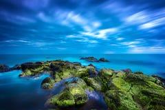 Skymning över det lugnaa blåa havet över hav och den molniga skyen Royaltyfri Fotografi