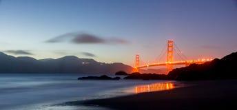 Skymning över Golden gate bridge, San Francisco Royaltyfri Fotografi