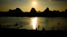Skymning över Li River Royaltyfria Foton