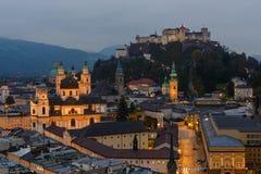 Skymning över mitten av Salzburg Royaltyfri Fotografi