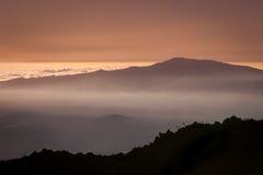 Skymning över molnen Arkivfoton