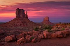 Skymning över monumentdalen, Arizona royaltyfri fotografi