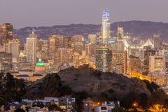 Skymning över San Francisco Downtown med Columbus Day Lights royaltyfri foto