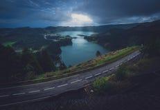 Skymning över Sete Cidades tvilling- kratersjöar Royaltyfria Foton