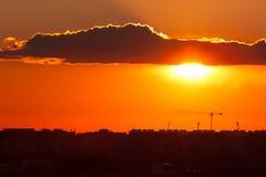 Skymning över staden av den Bucharest konstruktionskranen och buil Fotografering för Bildbyråer