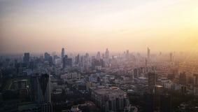 Skymning över storstaden arkivfoton