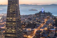 Skymning över telegrafkullen, den Alcatraz ön och San Francisco Bay från det finansiella området Royaltyfri Fotografi