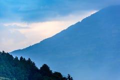 Skymning över vulkankanten, Guatemala royaltyfria bilder