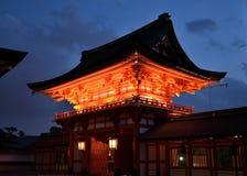 Skymning av den Inari relikskrin i Fushimi Kyoto Japan Arkivfoton