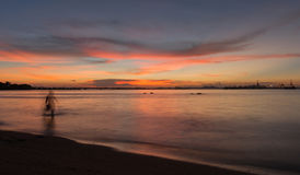 Skymning av den Laem Chabang sjösidan på Sriracha med solnedgånghimmel Royaltyfria Bilder