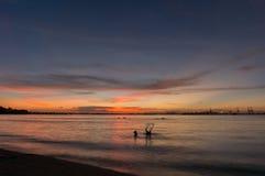 Skymning av den Laem Chabang sjösidan på Sriracha med solnedgånghimmel Royaltyfri Fotografi