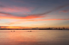 Skymning av den Laem Chabang sjösidan på Sriracha med solnedgånghimmel Arkivbilder