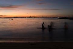 Skymning av den Laem Chabang sjösidan på Sriracha med solnedgånghimmel Fotografering för Bildbyråer