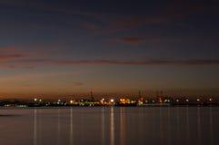 Skymning av den Laem Chabang sjösidan på Sriracha med solnedgånghimmel Royaltyfri Foto