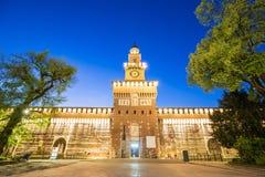 Skymning av den Sforza slotten i Milan, Italien Arkivbilder