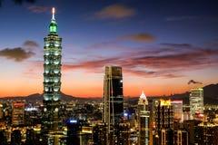 Skymning av Taipei 101 royaltyfria foton