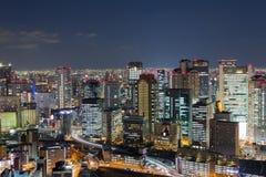 Skymning bakgrund för affär för Osaka stad i stadens centrum central arkivfoton