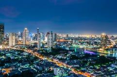 Skymning beskådar den bangkok staden Arkivfoto