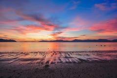 Skymning för blå himmel för solnedgång röd Arkivfoto
