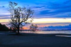 Skymning för blå himmel för solnedgång röd på stranden Arkivbild