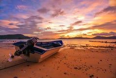 Skymning för blå himmel för solnedgång röd på stranden Arkivfoto