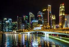 Skymning för byggnad för Singapore Cityscape finansiell Arkivfoton