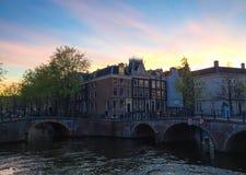 Skymning för byggnads- och kanalamsterdam netherland Fotografering för Bildbyråer