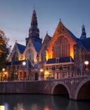 skymning för oude för amsterdam kerk nederländsk Arkivfoto