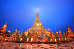 skymning för shwedagon för myanmar pagodarangon Arkivbild
