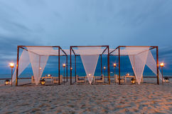 skymning för tid för strandmatställeromantiker set upp Arkivbilder