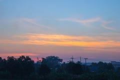 Skymning fördunklar i bakgrunden för blå himmel royaltyfria foton