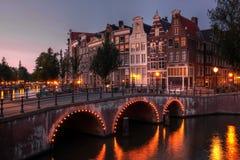 skymning för amsterdam kanalNederländerna Royaltyfri Bild