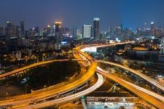Skymning huvudväg utbytte infrastruktur- och stadscentret Royaltyfri Bild