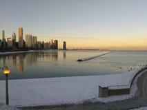Skymning i Chicago som ser Lake Michigan royaltyfri foto