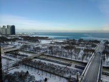 Skymning i Chicago som ser Lake Michigan royaltyfria bilder