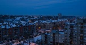 Skymning i en stad under vinter arkivfilmer
