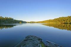 Skymning i kanotland Arkivfoto