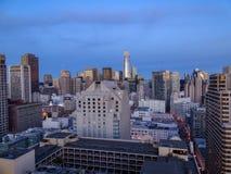 Skymning i i stadens centrum San Francisco arkivfoto