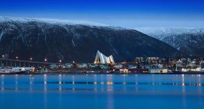 Skymning i Tromso, med den arktiska domkyrkan, Norge Royaltyfri Fotografi