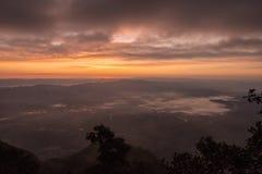 Skymning med berg- och havsmistlandskap Fotografering för Bildbyråer