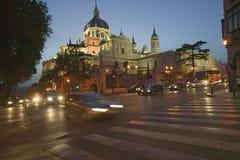 Skymning och ljus som kommer på på Royal Palace i Madrid, Spanien Royaltyfria Foton