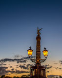 Skymning på Berlins Victory Column Royaltyfria Bilder