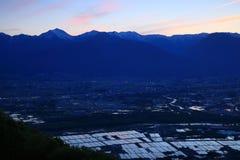 Skymning på den översvämmade risfältet Arkivfoton